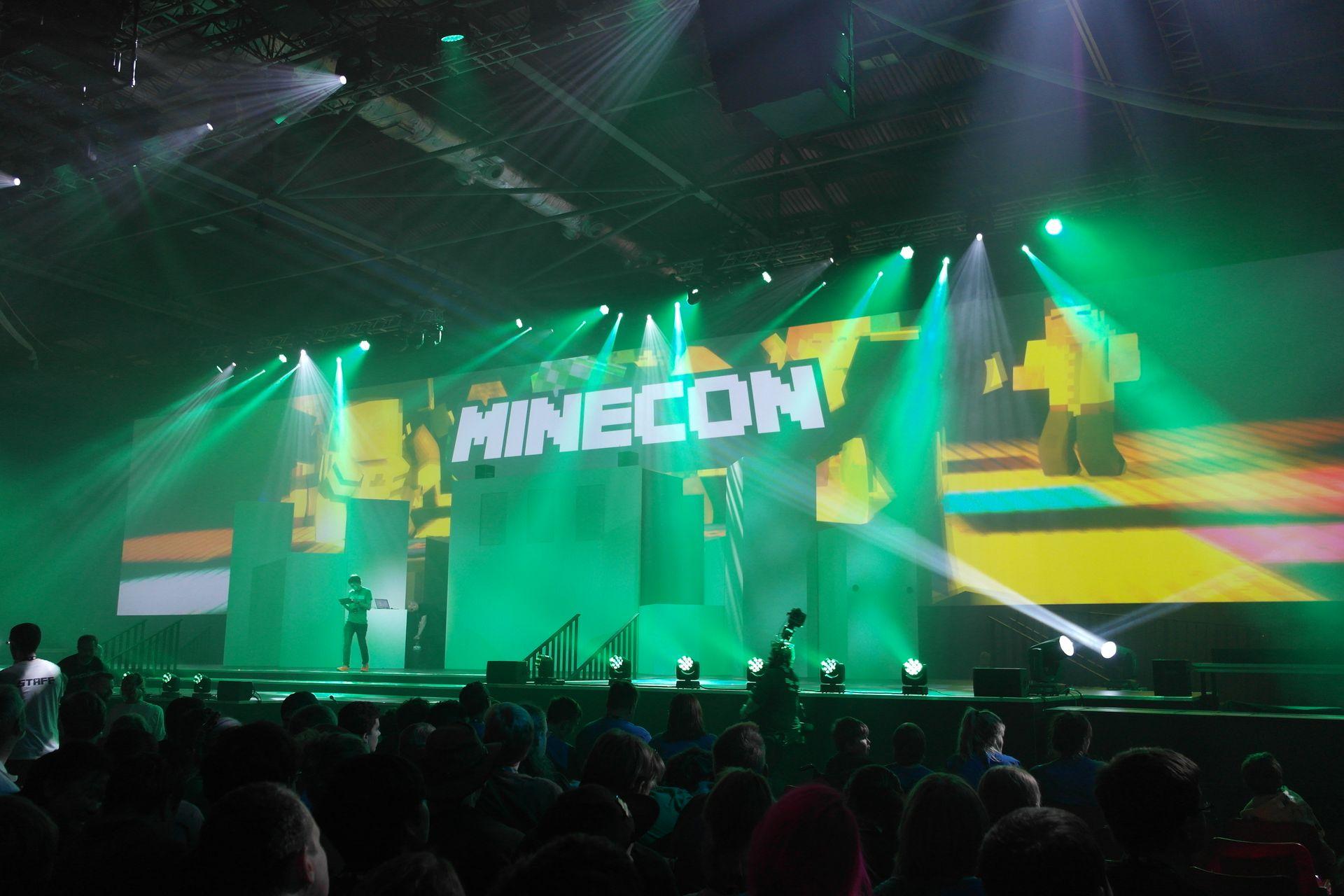 Minecraftin musat tehnyt C418 toimi DJ:nä ja soitti musaa samalla kun väki vaelsi saliin ja odotteli shown alkua.