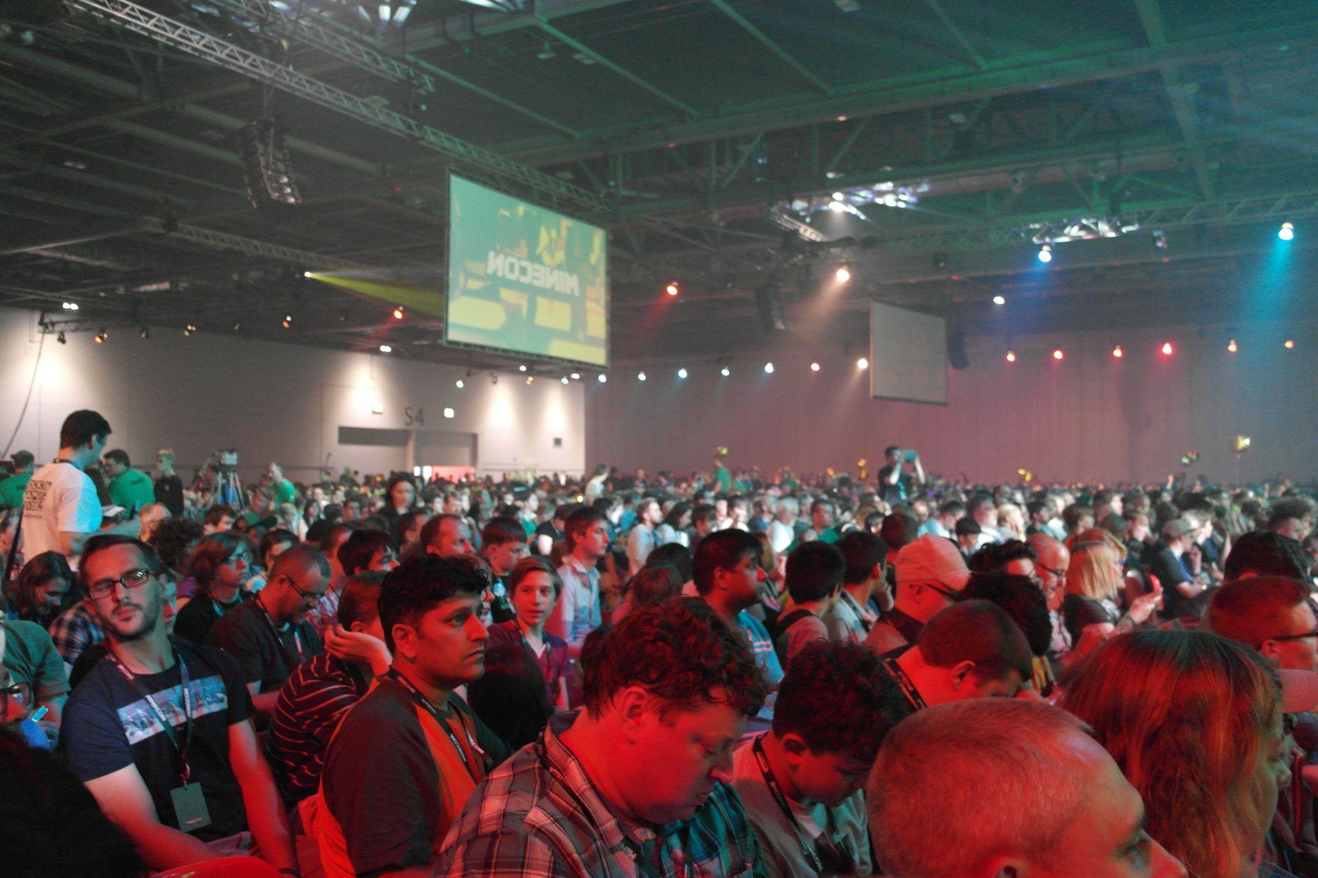 Kuva yleisömassasta odottamassa shown alkua.